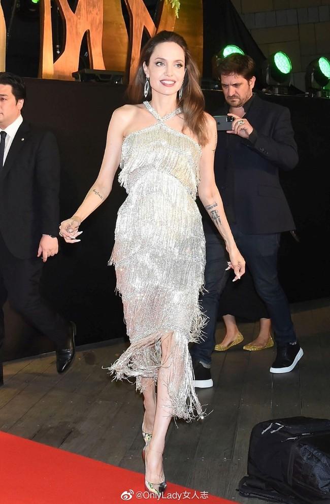 """""""Nữ hoàng""""  Angelina Jolie khiến dân tình chao đảo với nhan sắc đỉnh cao, diện đồ đẹp hơn cả người mẫu của hãng - Ảnh 3."""