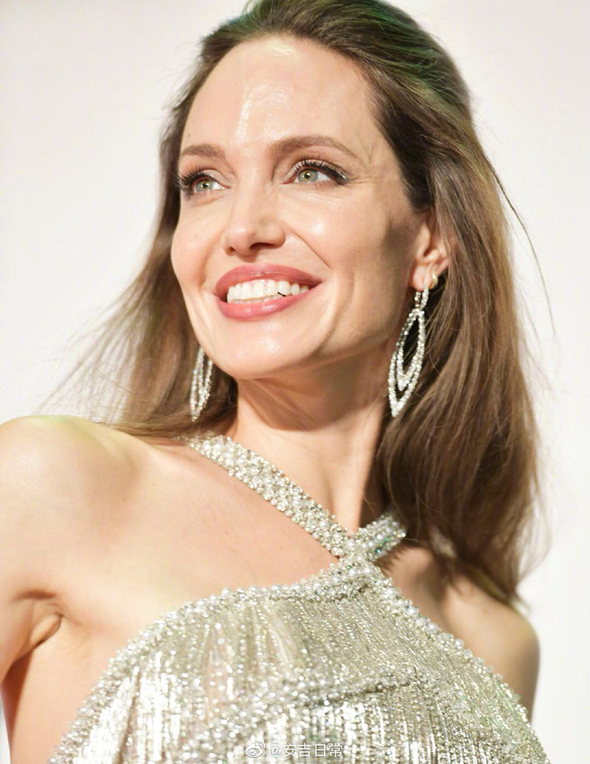 """""""Nữ hoàng""""  Angelina Jolie khiến dân tình chao đảo với nhan sắc đỉnh cao, diện đồ đẹp hơn cả người mẫu của hãng - Ảnh 5."""