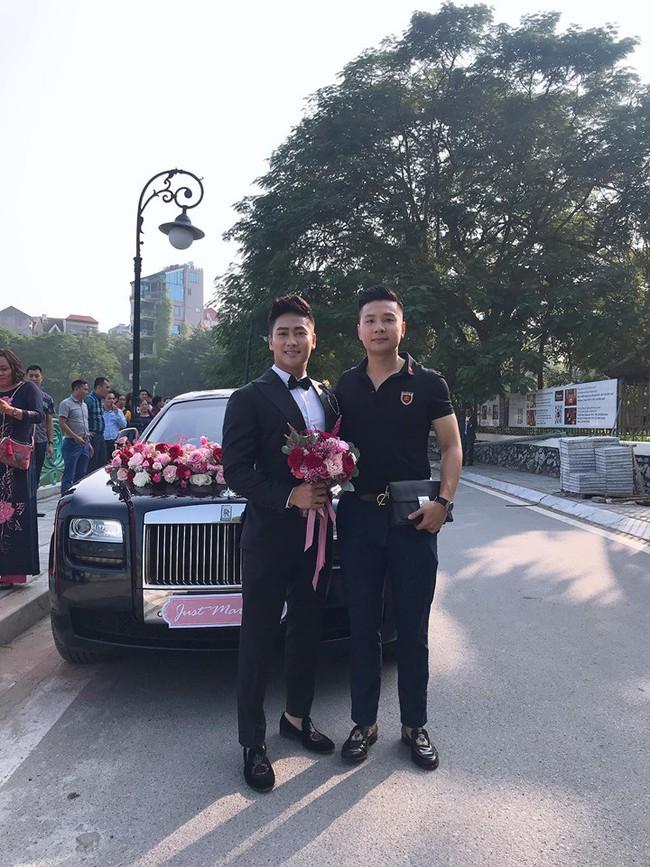 Đám cưới xa hoa kiểu Rich kid: Hai chiếc Roll Royce cùng dàn xe sang đợi sẵn, không gian tiệc cưới như lâu đài dưới đại dương khiến Á hậu cũng khen hết lời - Ảnh 1.