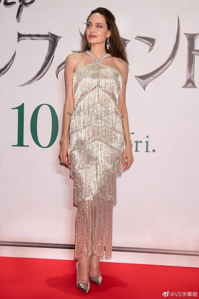 """""""Nữ hoàng""""  Angelina Jolie khiến dân tình chao đảo với nhan sắc đỉnh cao, diện đồ đẹp hơn cả người mẫu của hãng - Ảnh 4."""