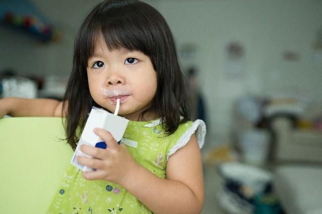 Đều đặn cho con uống sữa mỗi ngày nhưng vẫn không cao, mẹ đưa đi khám thì bất ngờ với câu trả lời của bác sĩ - Ảnh 1.