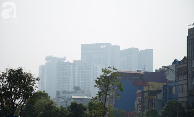Hà Nội những ngày khói bụi bao trùm thành phố ngỡ như sương mù rải rác - Ảnh 1.