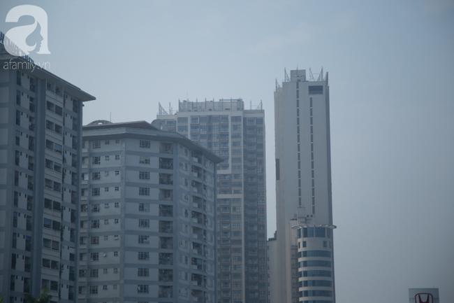 Hà Nội những ngày khói bụi bao trùm thành phố ngỡ như sương mù rải rác - Ảnh 3.
