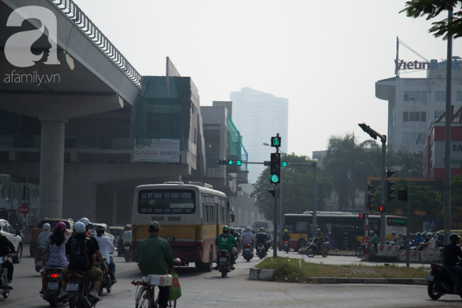 Hà Nội những ngày khói bụi bao trùm thành phố ngỡ như sương mù rải rác - Ảnh 6.