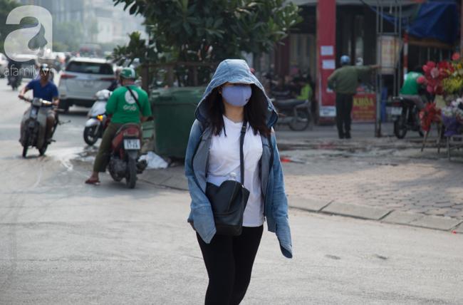 Hà Nội những ngày khói bụi bao trùm thành phố ngỡ như sương mù rải rác - Ảnh 10.