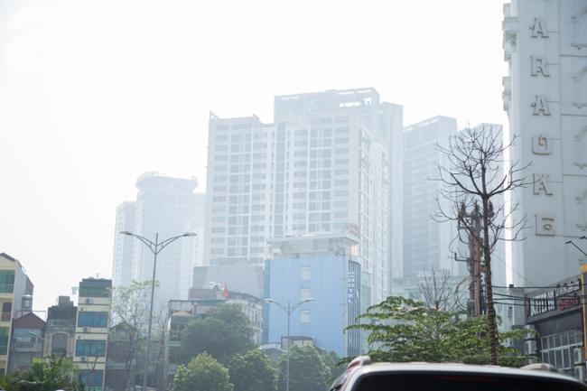 Hà Nội những ngày khói bụi bao trùm thành phố ngỡ như sương mù rải rác - Ảnh 14.