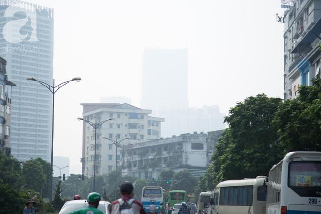 Hà Nội những ngày khói bụi bao trùm thành phố ngỡ như sương mù rải rác - Ảnh 15.