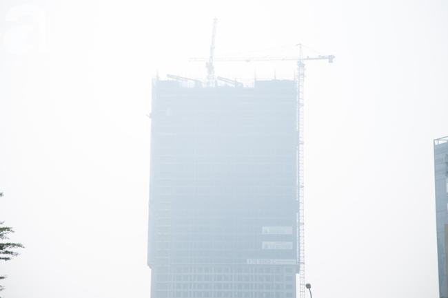 Hà Nội những ngày khói bụi bao trùm thành phố ngỡ như sương mù rải rác - Ảnh 17.