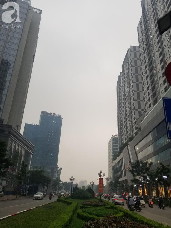 Hà Nội những ngày khói bụi bao trùm thành phố ngỡ như sương mù rải rác - Ảnh 20.