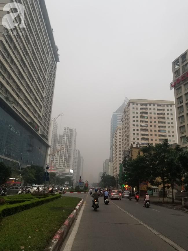 Hà Nội những ngày khói bụi bao trùm thành phố ngỡ như sương mù rải rác - Ảnh 21.