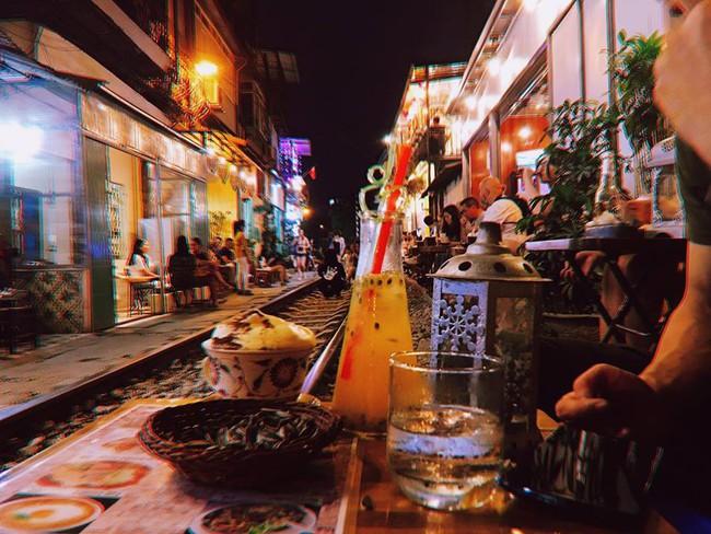 """Đến phố cafe đường tàu Phùng Hưng, nhâm nhi ăn gì uống gì ngồi chờ tàu cho hợp """"mốt""""? - Ảnh 15."""
