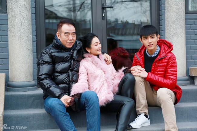 Hình ảnh đời thường hiếm hoi của vợ chồng đạo diễn Trần Khải ca - Trần Hồng cùng con trai xuất hiện trên đường phố Bắc Kinh - Ảnh 4.