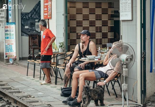 """Đến phố cafe đường tàu Phùng Hưng, nhâm nhi ăn gì uống gì ngồi chờ tàu cho hợp """"mốt""""? - Ảnh 17."""