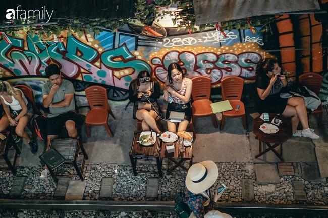 """Đến phố cafe đường tàu Phùng Hưng, nhâm nhi ăn gì uống gì ngồi chờ tàu cho hợp """"mốt""""? - Ảnh 16."""