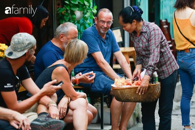 """Đến phố cafe đường tàu Phùng Hưng, nhâm nhi ăn gì uống gì ngồi chờ tàu cho hợp """"mốt""""? - Ảnh 19."""