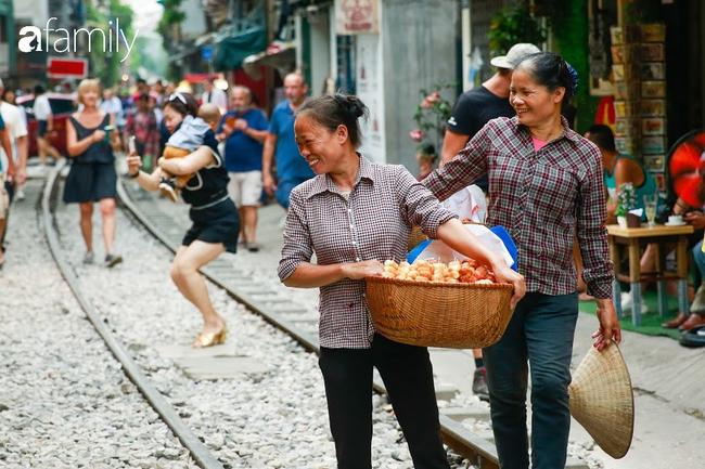 """Đến phố cafe đường tàu Phùng Hưng, nhâm nhi ăn gì uống gì ngồi chờ tàu cho hợp """"mốt""""? - Ảnh 20."""