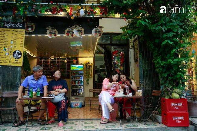 """Đến phố cafe đường tàu Phùng Hưng, nhâm nhi ăn gì uống gì ngồi chờ tàu cho hợp """"mốt""""? - Ảnh 2."""