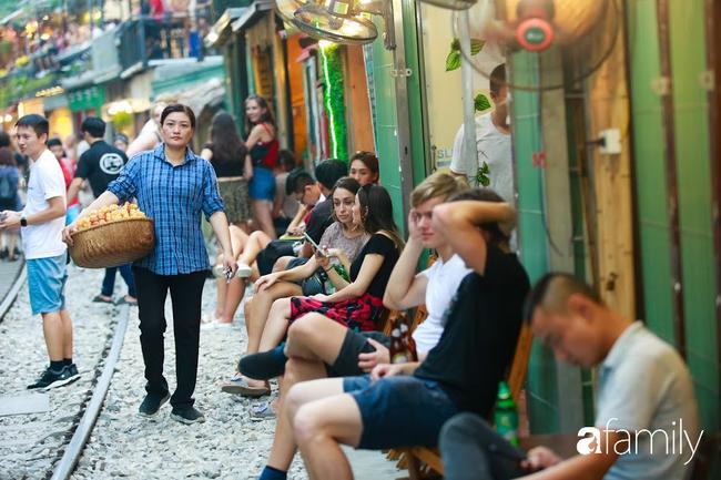 """Đến phố cafe đường tàu Phùng Hưng, nhâm nhi ăn gì uống gì ngồi chờ tàu cho hợp """"mốt""""? - Ảnh 9."""