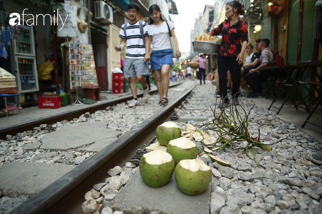 """Đến phố cafe đường tàu Phùng Hưng, nhâm nhi ăn gì uống gì ngồi chờ tàu cho hợp """"mốt""""? - Ảnh 10."""