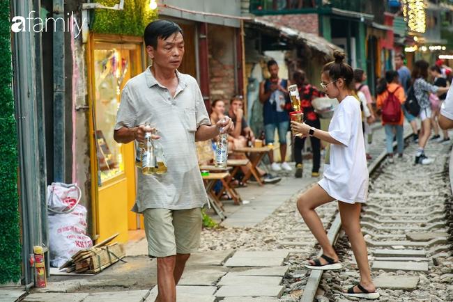 """Đến phố cafe đường tàu Phùng Hưng, nhâm nhi ăn gì uống gì ngồi chờ tàu cho hợp """"mốt""""? - Ảnh 12."""