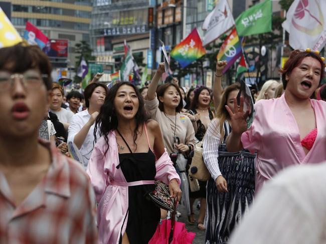 Nỗi khổ của cộng đồng LGBT ở Hàn Quốc: Bị xem như dân thứ cấp, không dám sống đúng với giới tính vì đâu đâu cũng kỳ thị - Ảnh 1.