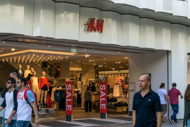 6 lời khuyên cho việc mua sắm quần áo trong cửa hàng đang sale lớn - Ảnh 1.