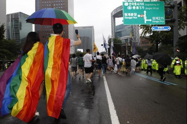 Nỗi khổ của cộng đồng LGBT ở Hàn Quốc: Bị xem như dân thứ cấp, không dám sống đúng với giới tính vì đâu đâu cũng kỳ thị - Ảnh 2.