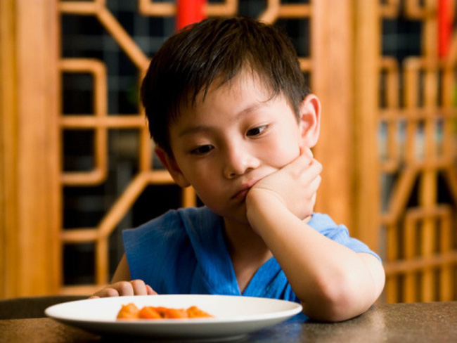 Hệ lụy khi ép con ăn và 8 nguyên tắc cho con ăn cha mẹ cần nhớ - Ảnh 1.