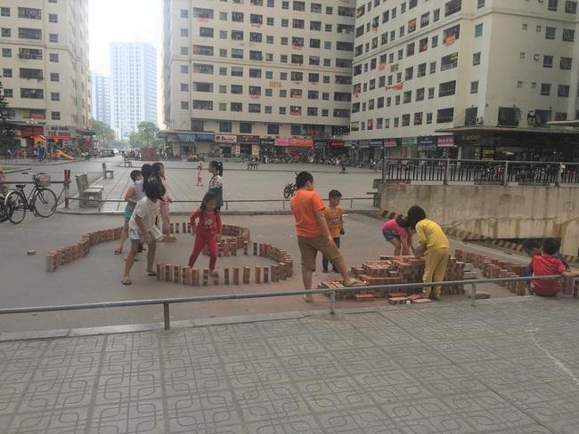Cách trẻ em thành phố tìm niềm vui giữa những tòa nhà cao tầng - Ảnh 2.