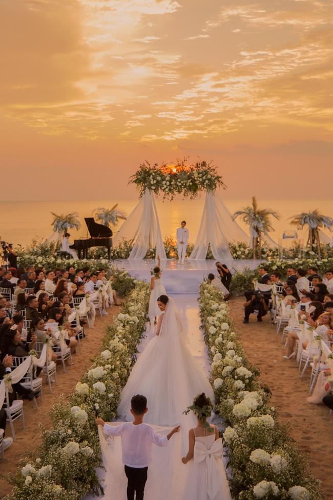 """Sự thật ẩn sau chiếc khăn veil của Đông Nhi chứa đựng tình cảm suốt 10 năm qua của cặp đôi """"trời định"""" - Ảnh 2."""