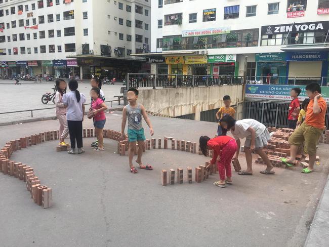 Cách trẻ em thành phố tìm niềm vui giữa những tòa nhà cao tầng - Ảnh 1.