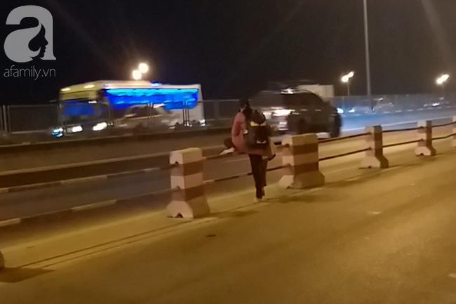 Sau mỗi lượt thành công, mẹ con người phụ nữ bất chấp nguy hiểm đi sang bên đường