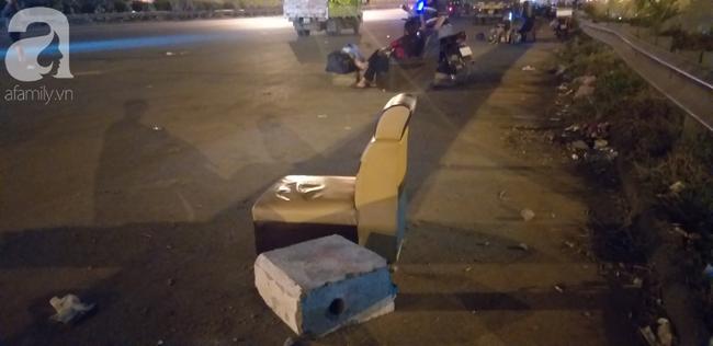 Chiếc ghế là nơi nằm ngủ của bé gái