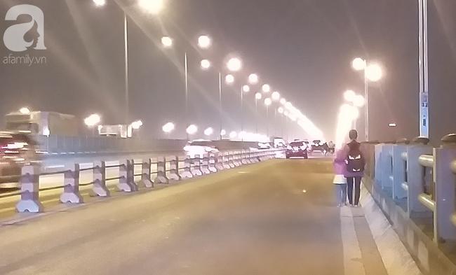 Hình ảnh quen thuộc của người phụ nữ dắt con trên cầu Thanh Trì