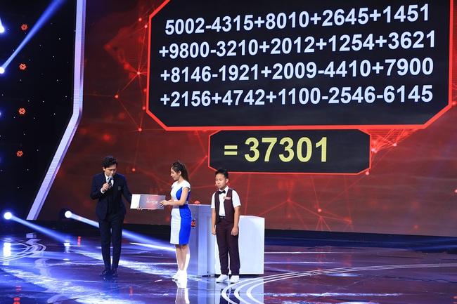 """""""Siêu trí tuệ Việt Nam"""": Trấn Thành bái phục trước """"thần đồng toán học"""" 12 tuổi khai căn dãy 63 con số chỉ mất 11 giây  - Ảnh 2."""