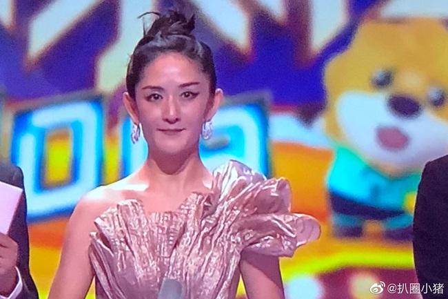 """""""Nữ MC số 1 Trung Quốc"""" Tạ Na lại gây náo loạn với nhan sắc bị makeup hại, netizen ví von như Bao Thanh Thiên - Ảnh 4."""