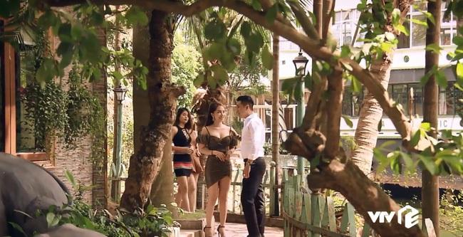 """""""Sinh tử"""" tập 7: Việt Anh điều động Quỳnh Nga tiếp khách gấp nhưng cặp mắt lại không rời khỏi đôi gò bồng đảo """"siêu to khổng lồ"""" - Ảnh 2."""