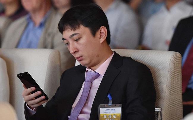 Từng chơi ngông mua 8 chiếc iPhone cho thú cưng, giờ đây cậu ấm của tỷ phú bất động sản Trung Quốc rơi vào cảnh bị cấm khỏi dịch vụ cao cấp vì... không chịu trả nợ - Ảnh 1.