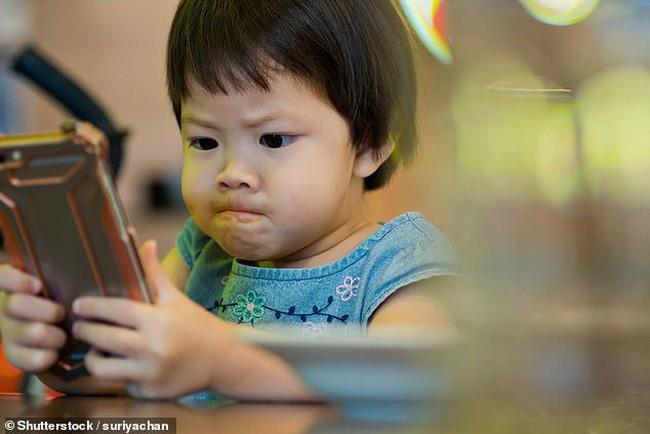 Dỗ cháu bằng cách cho xem hoạt hình trên điện thoại, ông bà vô tình khiến bé gái 3 tuổi gặp phải vấn đề về mắt nghiêm trọng - Ảnh 2.