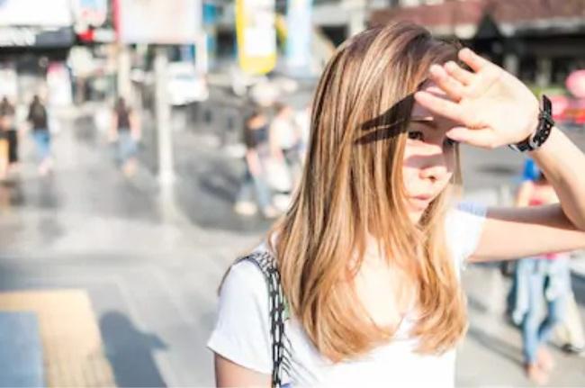 Ho đến gãy cả xương sườn, cô gái 20 tuổi quá sốc khi biết mình bị thiếu vitamin D do liên tục làm 1 việc mà ai cũng tưởng là bảo vệ xương - Ảnh 3.