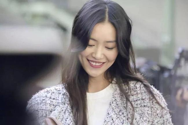 Cùng là thiên thần Victoria's Secret, trong khi Hề Mộng Dao thành công bước vào gia tộc hào môn thì Lưu Văn lại chưa hề trải qua mối tình nào - Ảnh 1.