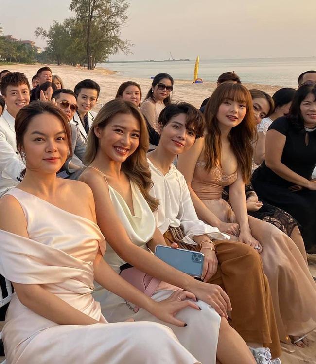 Minh Hằng diện váy 2 dây đi đám cưới Đông Nhi: Tưởng gợi cảm nhưng lại khổ sở quá, phải chỉnh váy liên tục để không phản cảm - Ảnh 2.