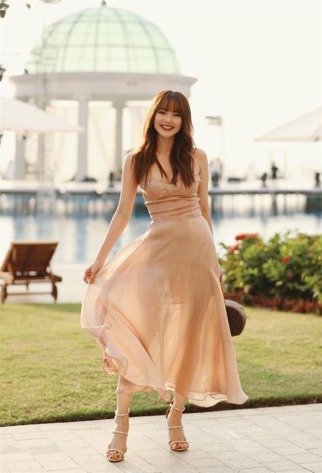 Minh Hằng diện váy 2 dây đi đám cưới Đông Nhi: Tưởng gợi cảm nhưng lại khổ sở quá, phải chỉnh váy liên tục để không phản cảm - Ảnh 1.