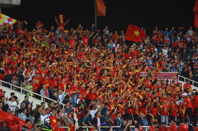 """Không phụ lòng mong đợi của hàng ngàn cổ động viên """"phủ đỏ"""" sân vận động Mỹ Đình, đội tuyển Việt Nam đã mang về chiến thắng 1-0 - Ảnh 2."""