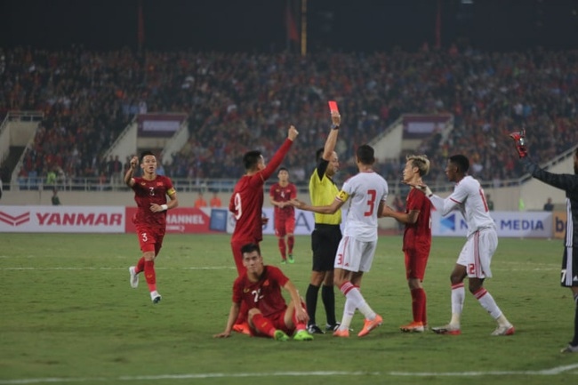 """Hàng ngàn cổ động viên đã """"phủ đỏ"""" sân vận động Mỹ Đình để cổ vũ trận bóng giữa Việt Nam và UAE - Ảnh 1."""