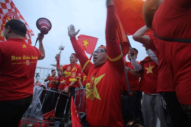 """Trước lúc bóng lăn trận Việt Nam và UAE, hàng ngàn cổ động viên đã """"phủ đỏ"""" các đoạn đường đến sân vận động Mỹ Đình - Ảnh 12."""