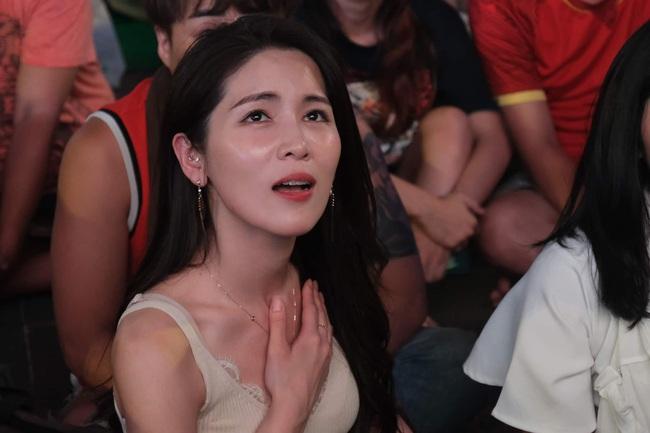 """Hàng ngàn cổ động viên đã """"phủ đỏ"""" sân vận động Mỹ Đình để cổ vũ trận bóng giữa Việt Nam và UAE - Ảnh 2."""