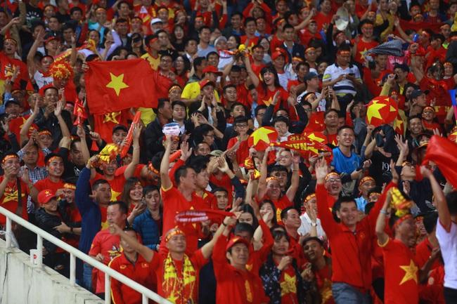 """Không phụ lòng mong đợi của hàng ngàn cổ động viên """"phủ đỏ"""" sân vận động Mỹ Đình, đội tuyển Việt Nam đã mang về chiến thắng 1-0 - Ảnh 1."""