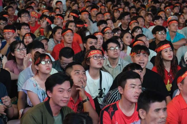 """Hàng ngàn cổ động viên đã """"phủ đỏ"""" sân vận động Mỹ Đình để cổ vũ trận bóng giữa Việt Nam và UAE: Việt Nam ghi bàn mở tỉ số trong hiệp đầu tiên - Ảnh 1."""