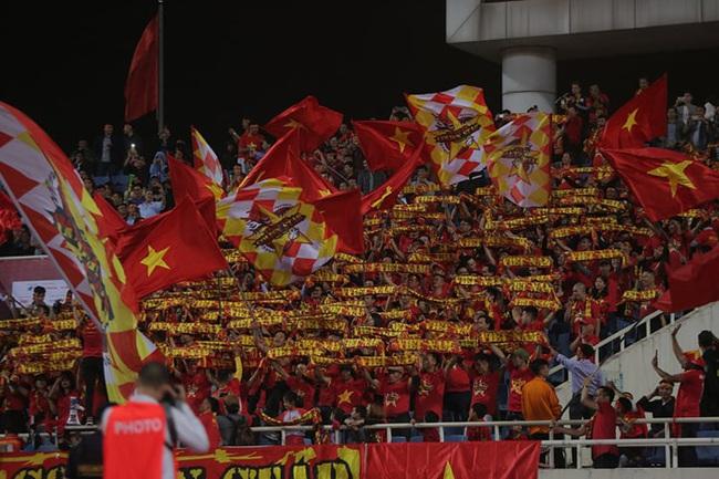 """Trước lúc bóng lăn trận Việt Nam và UAE, hàng ngàn cổ động viên đã """"phủ đỏ"""" các đoạn đường đến sân vận động Mỹ Đình - Ảnh 5."""
